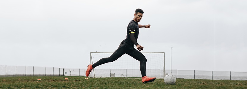 Soccer Player wearing the UMBRO x ESMARTR Smart Compression Sleeve