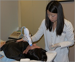 Dr. Sheena Kong performs Thermage treatment